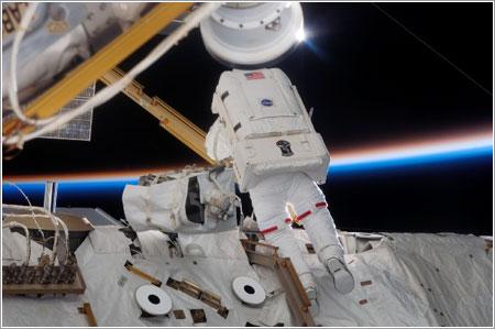Jim Reilly durante el primer paseo espacial de la misión © NASA