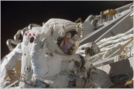 Steve Swanson saluda a la cámara durante el cuarto paseo espacial de la misión / NASA
