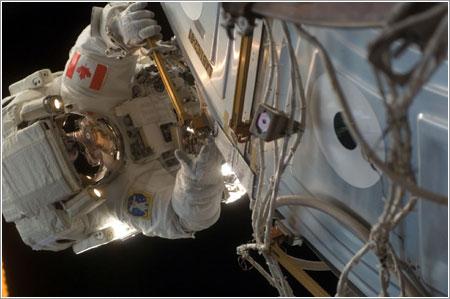 Dave Williams durante el cuarto paseo espacial de la misión