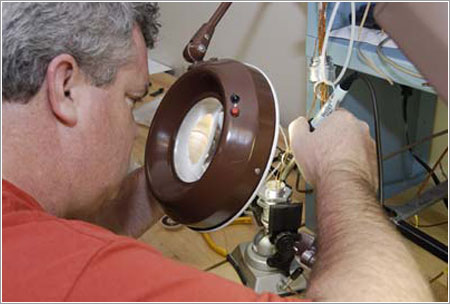 Un técnico preparando el nuevo conector - NASA