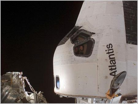 Alan Poindexter y Steve Frick miran por la ventana del Atlantis