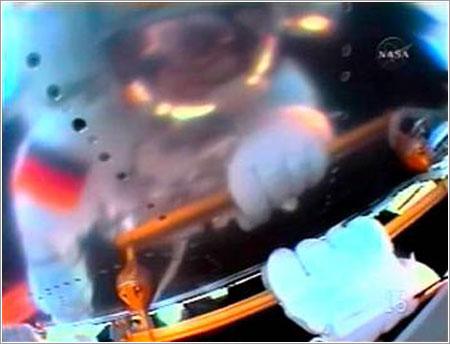 Schlegel reflejado en el Columbus - NASA TV