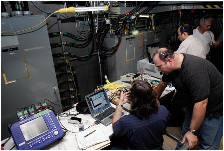 Trabajadores de la NASA realizando pruebas - NASA/Kim Shiflett