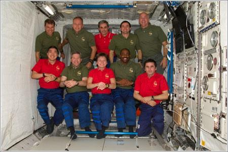 Las dos tripulaciones posan para una foto