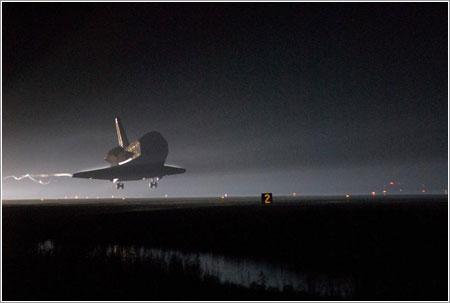 El Endeavour a punto de aterrizar - NASA/Tom Joseph