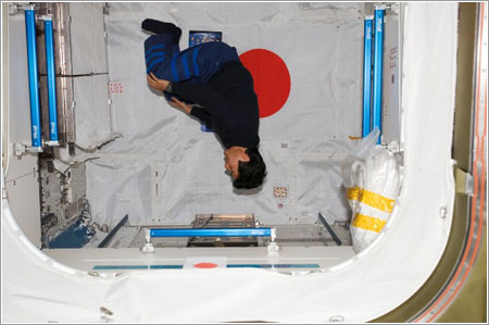 Takao Doi en el módulo Japanese Logistics Module - Pressurized Section del laboratorio Kibo