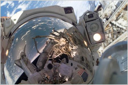 Autorretrato de Reisman durante el paseo espacial - NASA