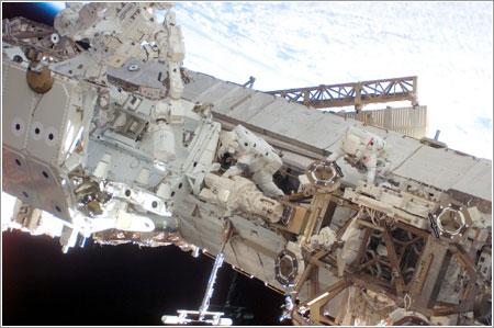 Behnken y Linnehan en acción - NASA