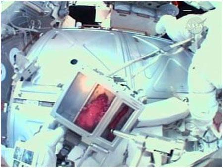 Foreman aplicando la pasta - NASA TV