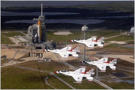 Los Thunderbirds dan una pasada de saludo al Endeavour