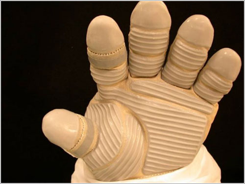 Nuevo modelo de guante a probar durante la misión STS-124