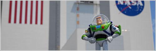 Buzz Lightyear frente al Edificio de ensamblado de Vehículos - NASA TV