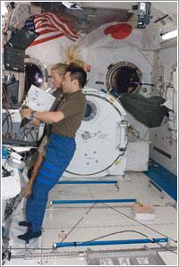 Hoshide y Nyberg trabajando - NASA