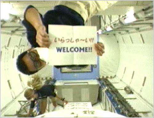 Akihiko Hoshide da la bienvenida a la cámara al módulo Kibo - NASA TV