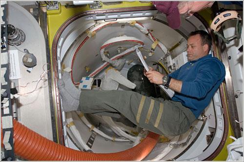 Ron Garan preparando el tercer paseo espacial - NASA