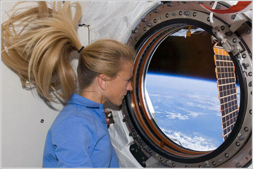 Karen Nyberg echa un vistazo desde Kibo - NASA