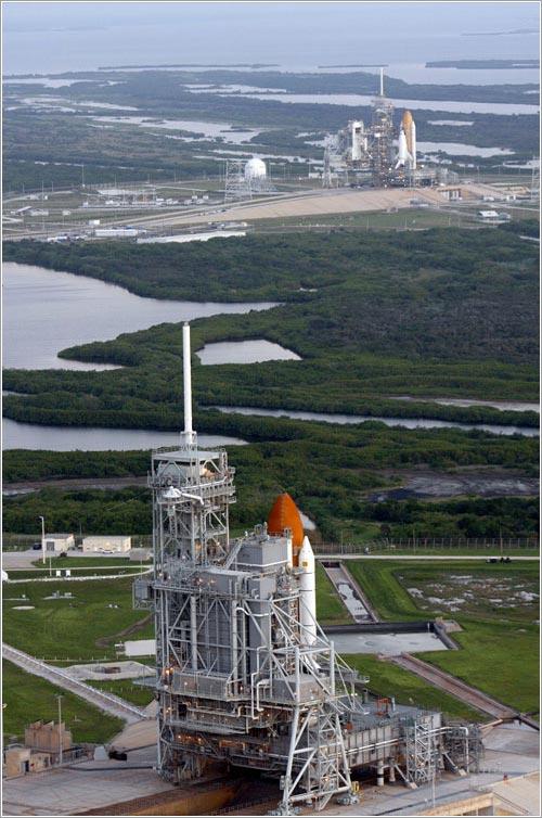 Atlantis y Endeavour en sus plataformas de lanzamiento - NASA