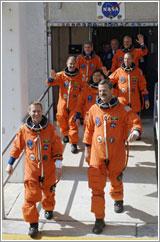 Tripulación a la nave - NASA/Kim Shiflett