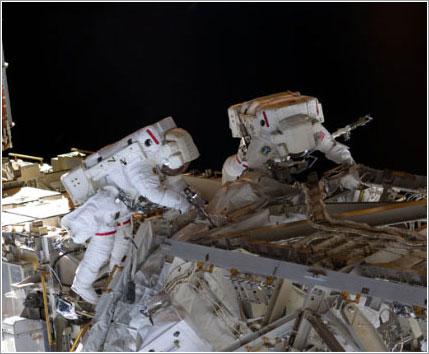 Los dos astronautas en pleno trabajo - NASA TV