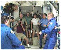 Ambas tripulaciones se saludan tras la apertura de compuertas - NASA TV