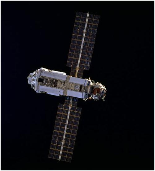 El módulo Zarya visto desde el Endeavour durante la misión STS-88 / NASA