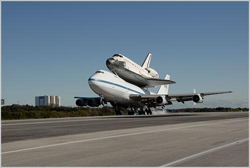 SCA y Endeavour aterrizando - NASA / Kim Shiflett