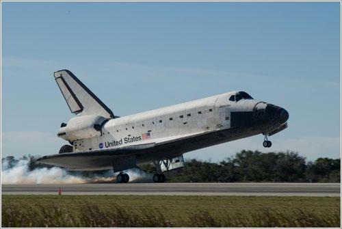Atlantis aterrizando - NASA/Jack Pfaller