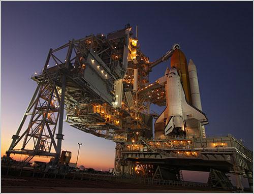 Atlantis en la plataforma de lanzamiento - NASA/Troy Cryder