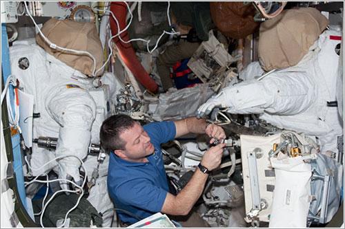 Patrick trabajando en los trajes espaciales - NASA