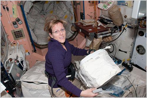 Hire trabajando en el interior de Tranquility - NASA