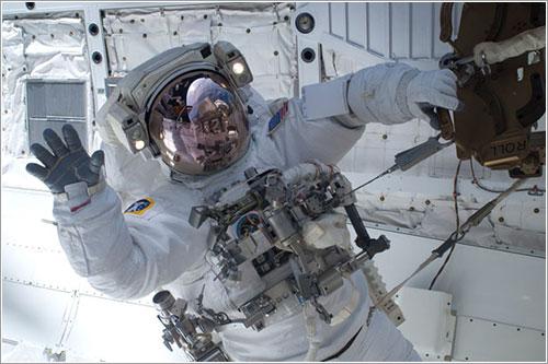 Clayton Anderson saludando - NASA