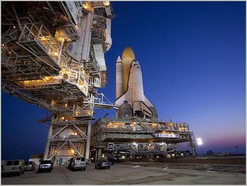 Atlantis en la plataforma de lanzamiento - NASA/Jack Pfaller