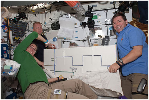 Astroanutas trabajando en el Discovery - NASA