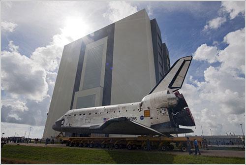 El Discovery durante su traslado al VAB - NASA/JAck Pfaller