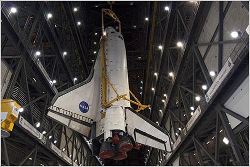 El Discovery siendo levantado dentro del VAB - NASA/JAck Pfaller