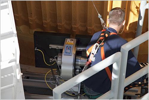 Un técnico realizando inspecciones - NASA/Frank Michaux