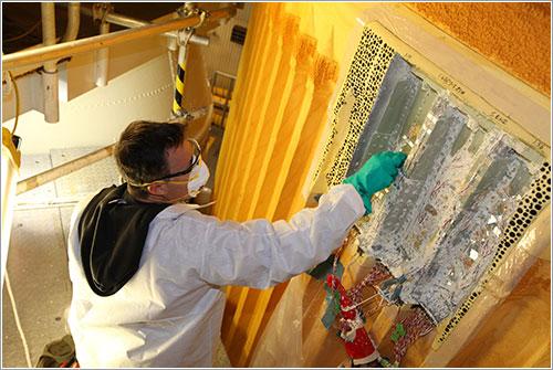Un técnico de la agencia trabajando en el tanque - NASA/Frank Michaux