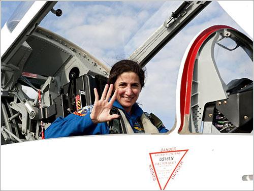 Nicole Stott saludando a su llegada al KSC - NASA/Kim Shiflett