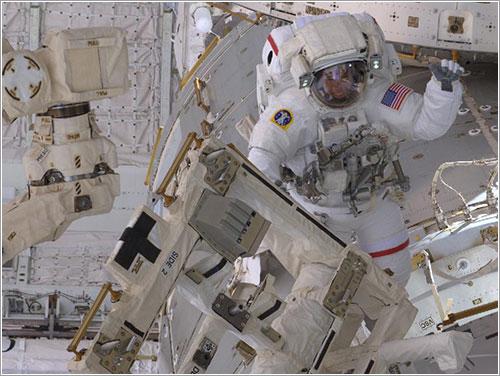 Feustel durante el paseo espacial