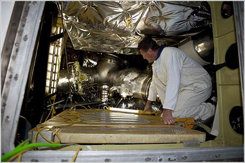 Técnico de la NASA traajando en el Endeavour