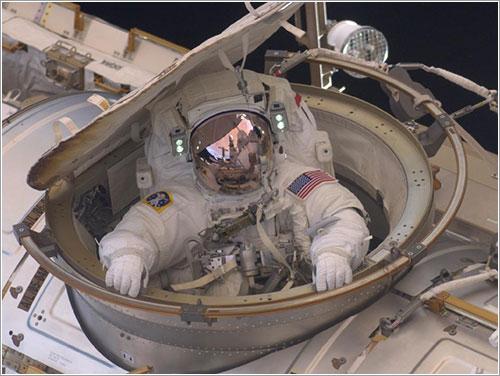Feustel en la escotilla de la ISS