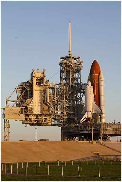 EL Endeavour en la plataforma de lanzamiento - NASA/Jack Pfaller