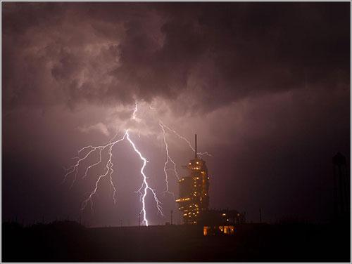 El Endeavour bajo una tormenta - NASA/Bill Ingalls