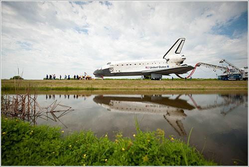 El Atlantis camino de su hangar - NASA/Bill Ingalls