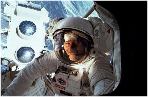 Astronauta en traje espacial - NASA