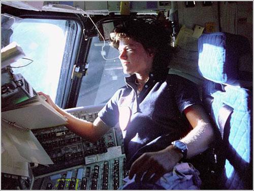 Sally Ride en la cabina del Challenger durante su primera misión - NASA