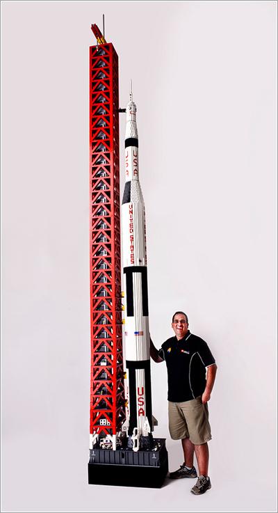 Ryan y su Saturno V de Lego