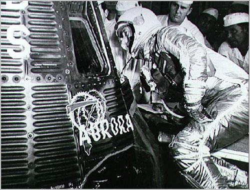 Carpenter inspeccionando su nave - NASA