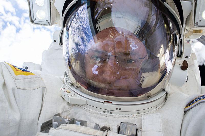 Scott Kelly con gafas durante la EVA