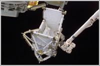 Canadarm2 sujetando el segmento P5 de la ISS © NASA